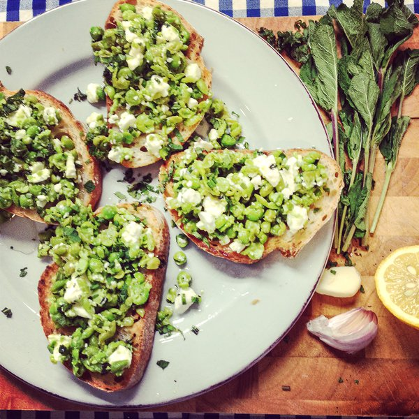 Feta toast with minty beans